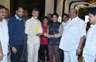 Chandrababu-Naidu-Watches-NTR-Kathanayakudu-08