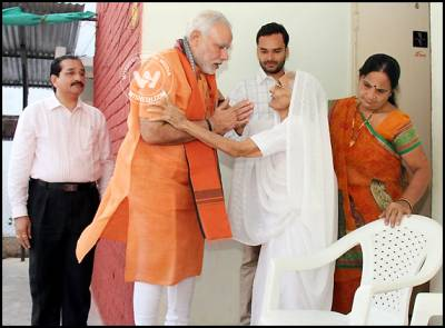 Modi takes blessings from Mom