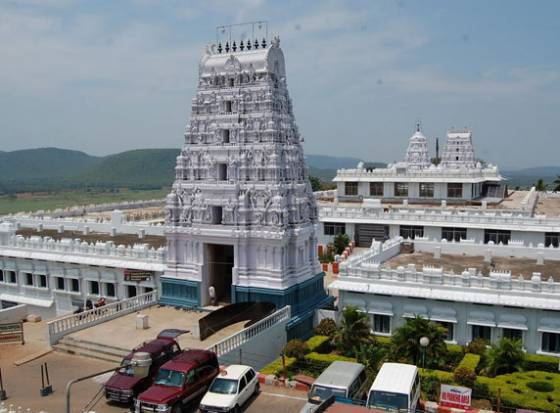 Kanchi seer inaugurates new Annavaram temple Gopuram