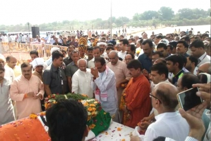 Union Environment Minister Cremated On Narmada Bank