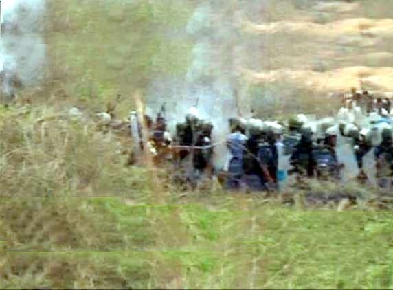 KNPP: Police fire teargas, mob stuck in water